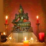 Gouden standbeeld en kaarsen Royalty-vrije Stock Foto