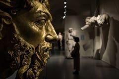 Gouden standbeeld en vrouw in Milaan stock fotografie