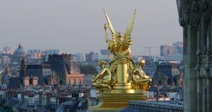 Gouden Standbeeld op het Dak van de Opera Garnier In Paris stock videobeelden