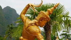 Gouden standbeeld van een Thaise engel