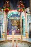 Gouden standbeeld van Guan Yin met 1000 handen Guanyin of Guan Yin i Stock Afbeeldingen