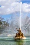 Gouden standbeeld van koningin op troon in fontein Royalty-vrije Stock Foto's
