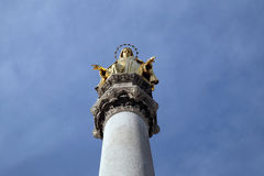 Gouden standbeeld van Maagdelijke Mary, de kathedraal van Zagreb royalty-vrije stock foto's