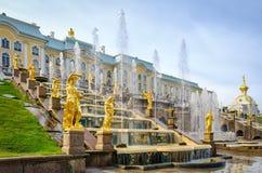 Gouden standbeelden bij Grote Cascade in Petergof, Rusland Stock Fotografie
