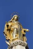 Gouden staue van maagdelijke Mary Stock Afbeelding
