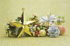 Gouden ster, giftdoos en Kerstmisornament over goud backgroun Stock Foto's