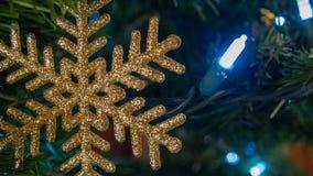 Gouden sterdecoratie op Kerstboomclose-up royalty-vrije stock foto's