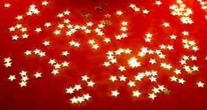 Gouden sterren op rood. Stock Afbeelding