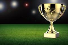 Gouden stertrofee op de achtergrond van het voetbalgebied Stock Fotografie