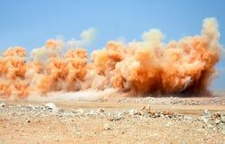 Gouden stofwolken en puin tijdens ontploffing stock foto