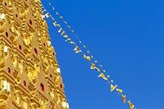 Gouden stupa en lijnvlag Stock Foto