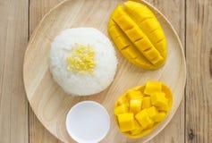 Gouden te eten mango kleverige rijst Stock Afbeelding