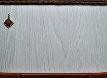 Gouden tegenhanger op een houten achtergrond royalty-vrije stock afbeeldingen