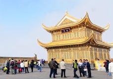Gouden tempel bij de bovenkant van de heuvel in Emeishan royalty-vrije stock foto