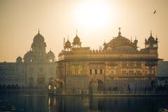 Gouden tempel bij zonsondergang Stock Fotografie