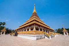 Gouden tempel blauwe hemel Stock Fotografie