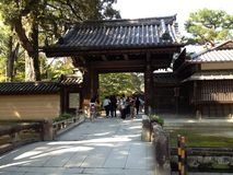 Gouden tempel in Kyoto en mensen Royalty-vrije Stock Afbeeldingen
