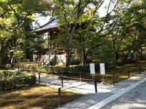 Gouden tempel in Kyoto en mensen Stock Afbeelding