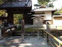 Gouden tempel in Kyoto, mensen Stock Afbeelding