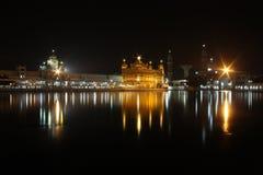 Gouden Tempel in nacht Stock Afbeelding
