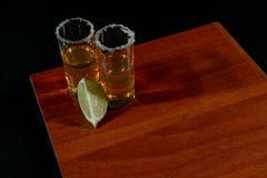 Gouden tequila met citroen en zout Dranken, Alcoholische drank stock fotografie