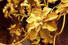 Gouden Thais bloemendiepatroon op Thaise tempel wordt verfraaid Royalty-vrije Stock Foto