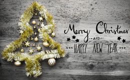 Gouden Tinsel Tree, Kalligrafie, Vrolijke Kerstmis en Gelukkig Nieuwjaar Royalty-vrije Stock Foto's