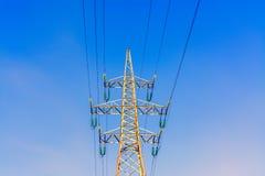 Gouden toren met hoog voltage van tegen hemelachtergrond stock afbeelding