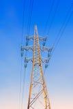 Gouden toren met hoog voltage van tegen hemelachtergrond royalty-vrije stock fotografie