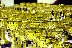 Gouden trofeeën die in toekenningsceremonie worden getoond stock foto's