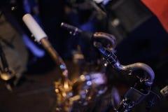 Gouden trompet die zich op de vage achtergrond bevinden Stock Foto