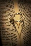 Gouden trouwring op een bijbel Stock Afbeeldingen