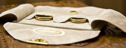 Gouden trouwringen stock afbeeldingen