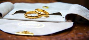 Gouden trouwringen stock foto