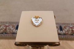 Gouden trouwringen op de tribune voor ringen Royalty-vrije Stock Fotografie