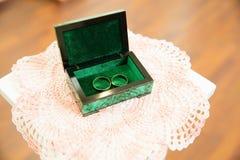 Gouden trouwringen op de tribune voor ringen Royalty-vrije Stock Foto