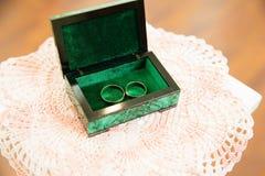 Gouden trouwringen op de tribune voor ringen Royalty-vrije Stock Foto's