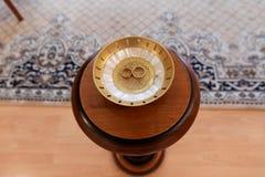 Gouden trouwringen op de tribune voor ringen Stock Afbeelding