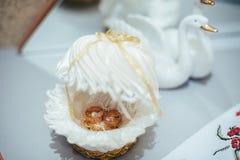 Gouden trouwringen op een boeket van witte rozen royalty-vrije stock foto