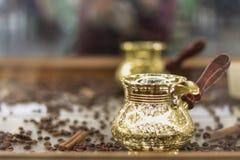 Gouden Turk op een houten lijst stock foto