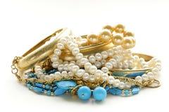 Gouden, turkooise juwelen en parel stock afbeelding