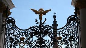 Gouden twee-geleid adelaarsbeeldhouwwerk op een ijzerpoort van de Kluis van de Staat - St. Petersburg, Rusland stock videobeelden
