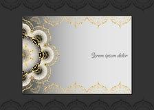 Gouden uitstekende groetkaart op een witte achtergrond Het malplaatje van het luxeornament Groot voor uitnodiging, vlieger, menu, Stock Foto