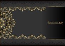 Gouden uitstekende groetkaart op een zwarte achtergrond Het malplaatje van het luxeornament Groot voor uitnodiging, vlieger, menu Royalty-vrije Stock Foto