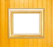 Gouden Uitstekende omlijsting op houten achtergrond Stock Afbeeldingen