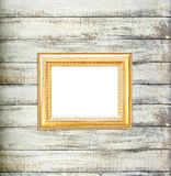 Gouden Uitstekende omlijsting op oude houten achtergrond Royalty-vrije Stock Foto's