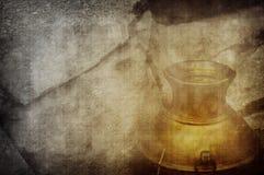 Gouden urn die in steen wordt verborgen Stock Foto's