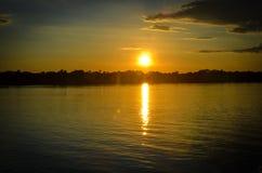 Gouden Uursilhouet over een reusachtige rivier royalty-vrije stock afbeelding