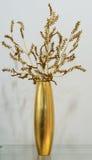 Gouden vaas met gouden bloem Royalty-vrije Stock Fotografie