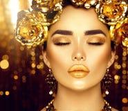 Gouden vakantiemake-up Gouden kroon en halsband stock foto